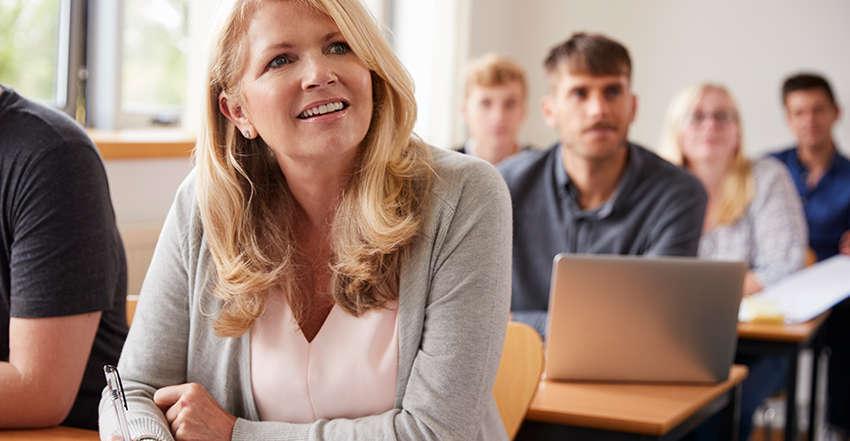 empreendedora-assistindo-curso-de-curta-duracao