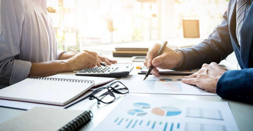 empresa-e-consultor-fiscal-debatendo-procedimentos